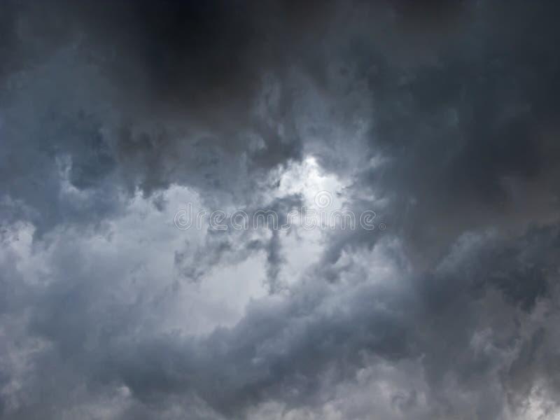 Ruskigt stormmoln arkivfoton