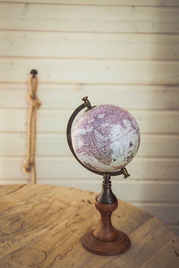 Rusland, abrau-Dyurso Meer 02 de uitstekende bol die van Mei 2018 A zich op een houten lijst bevinden royalty-vrije stock fotografie