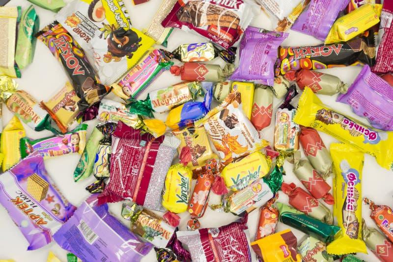 Rusland Berezniki 28 Februari 2018: Kleurensnoepjes in een document zak stock foto's