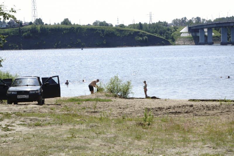 Rusland - Berezniki 18 Juli: de jongeren springt in de rivier bij zonsondergang royalty-vrije stock foto's
