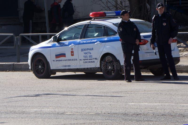 Rusland Berezniki kan 1, van de de noodsituatiepolitiewagen van 2018 de drijfstraat met sirene het lichte knipperen stock afbeelding