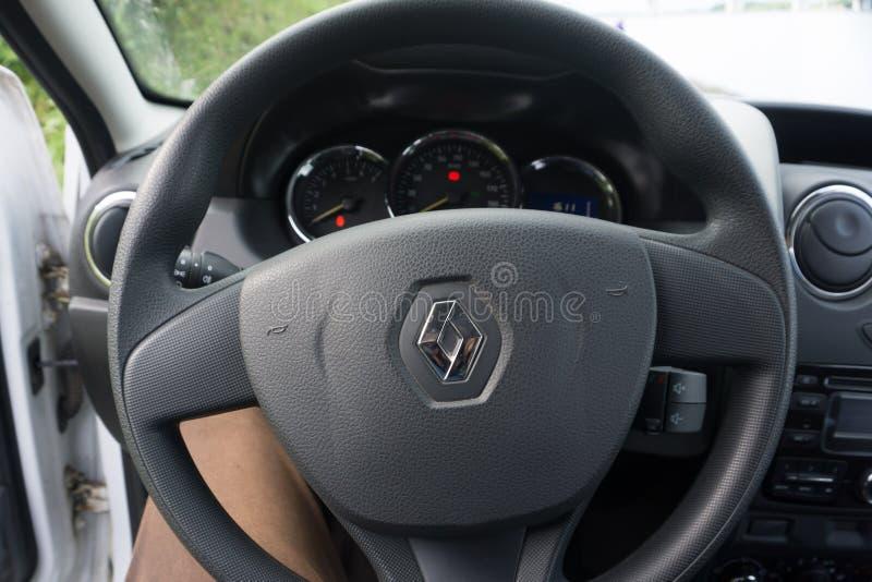 Rusland Berezniki op 29 Augustus 2017: het stuurwiel en het dashboard Renault bij de motorshow stock foto
