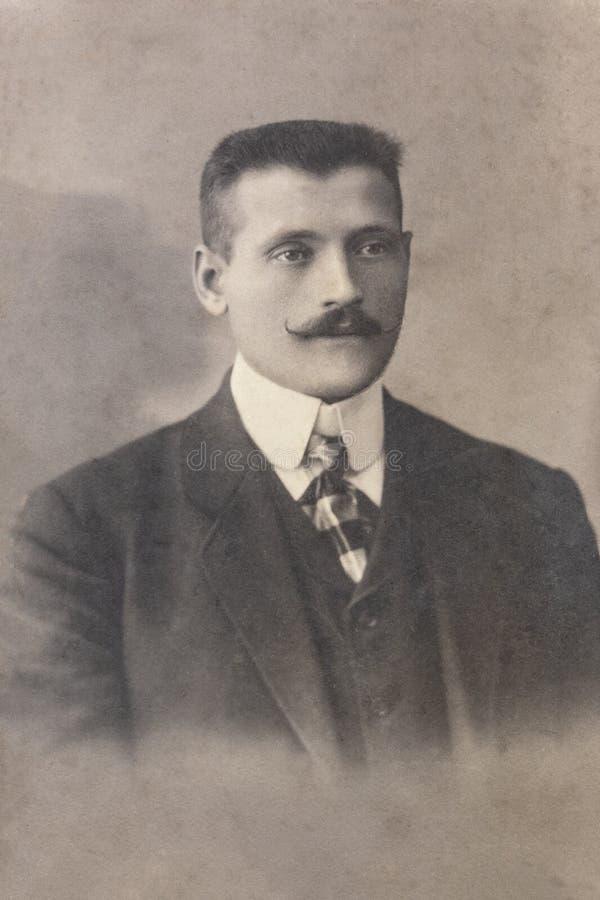 RUSLAND - CIRCA 1905-1910: Een portret van de jonge mens, Vintage Carte DE Viste Edwardian erafoto stock foto's