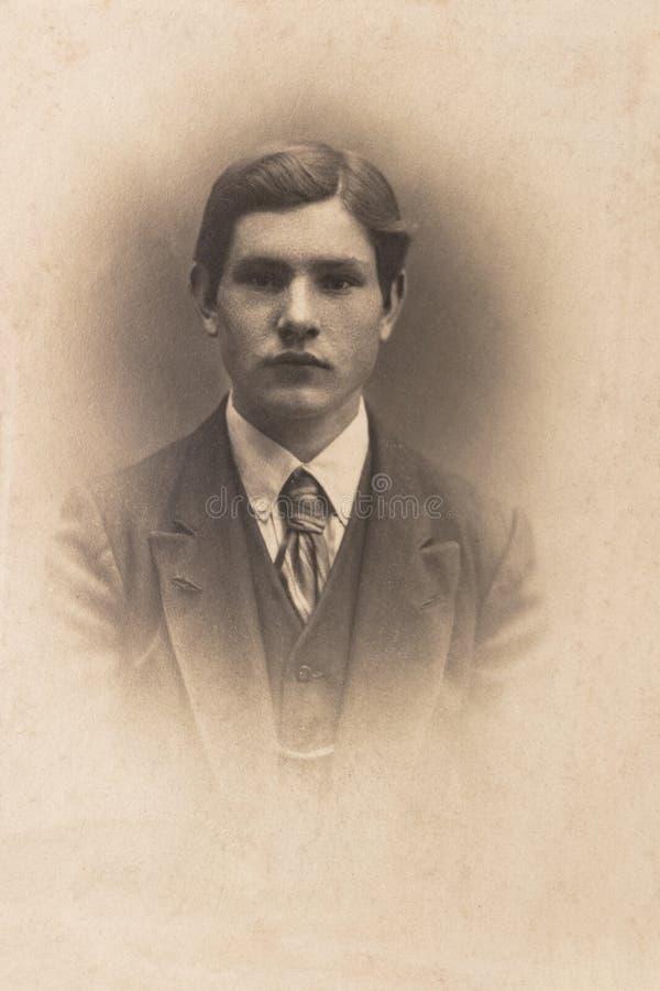 RUSLAND - CIRCA 1905-1910: Een portret van de jonge mens, Vintage Carte DE Viste Edwardian erafoto stock afbeelding