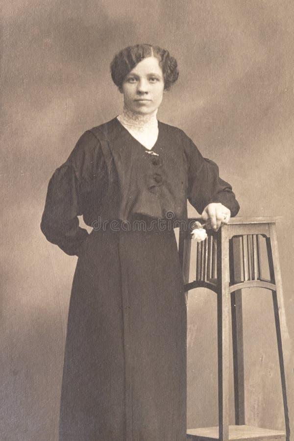 RUSLAND - CIRCA 1905-1910: Een portret van jonge vrouw in studio, Vintage Carte DE Viste Edwardian erafoto stock foto