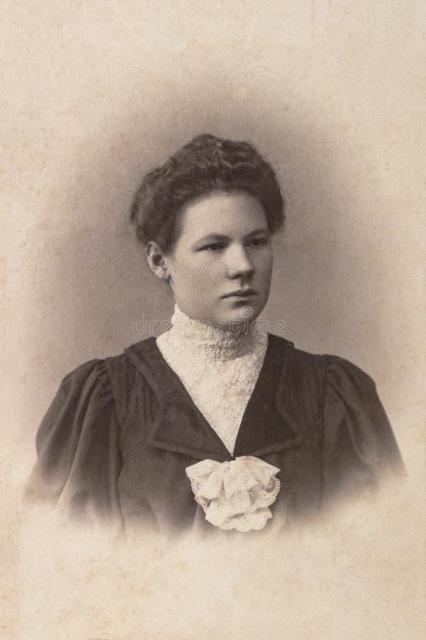 RUSLAND - CIRCA 1905-1910: Een portret van jonge vrouw, Vintage Carte DE Viste Edwardian erafoto royalty-vrije stock foto's
