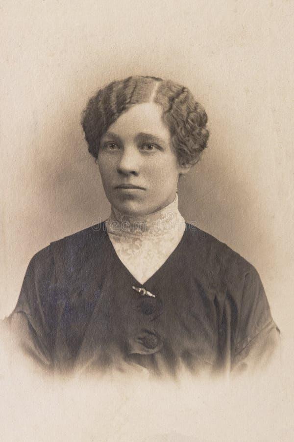 RUSLAND - CIRCA 1905-1910: Een portret van jonge vrouw, Vintage Carte DE Viste Edwardian erafoto royalty-vrije stock afbeelding