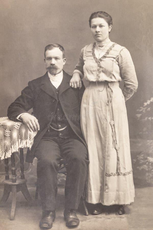 RUSLAND - CIRCA 1905-1910: Geschoten van echtpaar in studio, Vintage Carte DE Viste Edwardian erafoto stock foto's