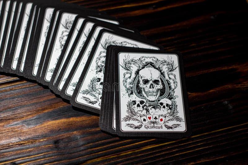 Rusland - Februari 2019: Speelkaarten met schedels royalty-vrije stock foto