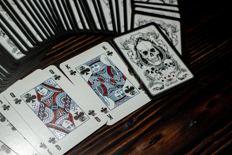 Rusland - Februari 2019: Speelkaarten met schedels royalty-vrije stock afbeelding