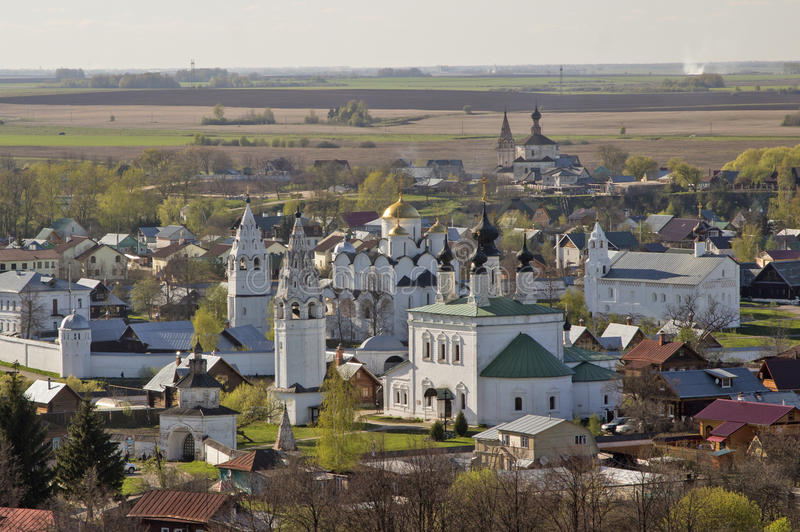 Rusland - Gouden Ring - Suzdal - Panorama van oude witte monume royalty-vrije stock foto's