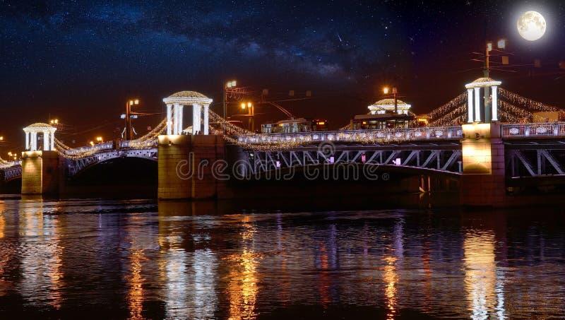 Rusland, heilige-Petersburg, bij nacht, Paleisbrug, nachtverlichting stock afbeeldingen