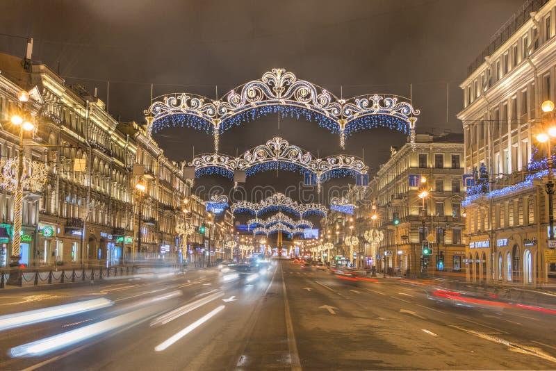 Rusland, heilige-Petersburg, 03, Januari, 2018: Nevsky Prospekt, van het Nieuwjaar en van Kerstmis decoratie stock afbeelding