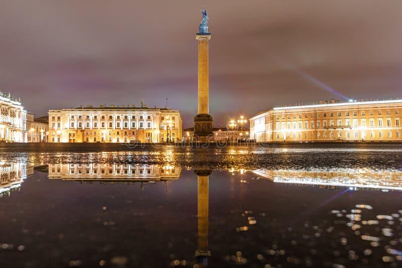 Rusland, heilige-Petersburg, 03, Januari, 2018: Weergeven van de Kluis, Paleisvierkant en Alexander Column royalty-vrije stock fotografie