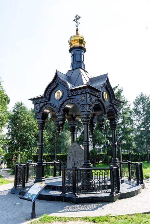 Rusland, Irkoetsk - Juli 6, 2019: De kapel van gietijzergazebo met een herdenkingssteen aan de Stichters van de stad van Irkoetsk royalty-vrije stock afbeeldingen
