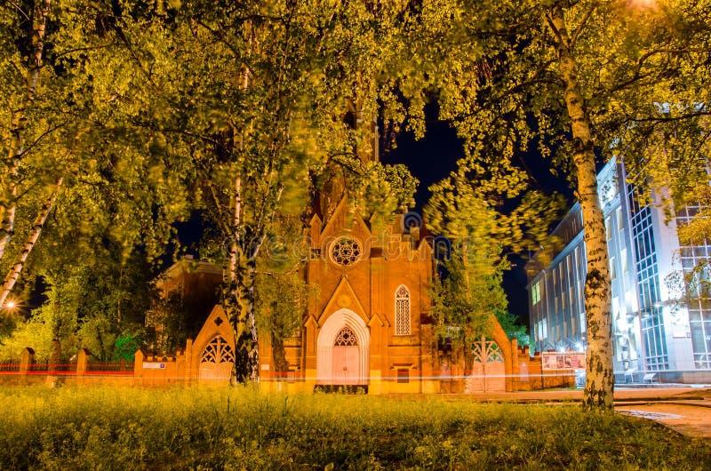 Rusland, Irkoetsk - Mei 28, 2016: Orgaanzaal Regionale Filharmonisch van Irkoetsk Roman Catholic Polish Church bij nacht stock foto