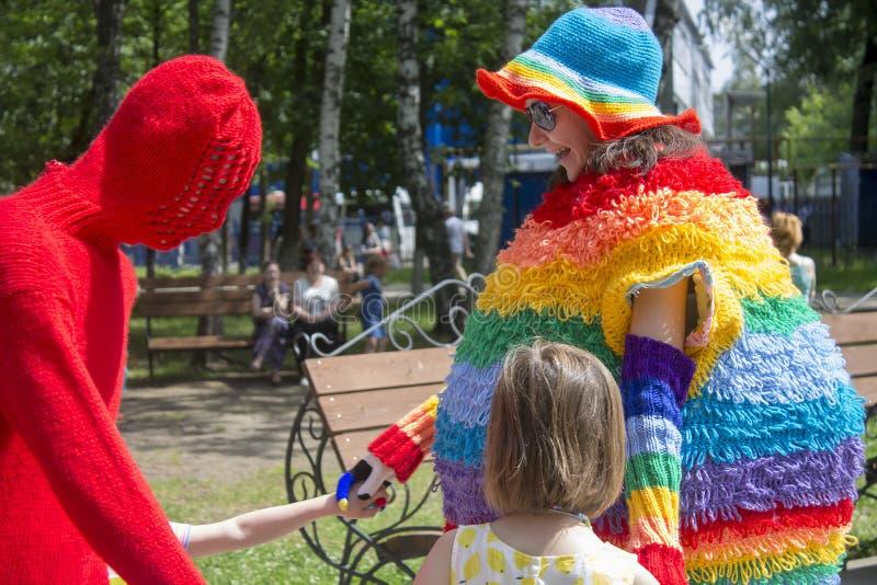 Rusland, Ivanovo, 18 Juni, 2016, het breien Festival, bond mensen, redactie royalty-vrije stock afbeelding