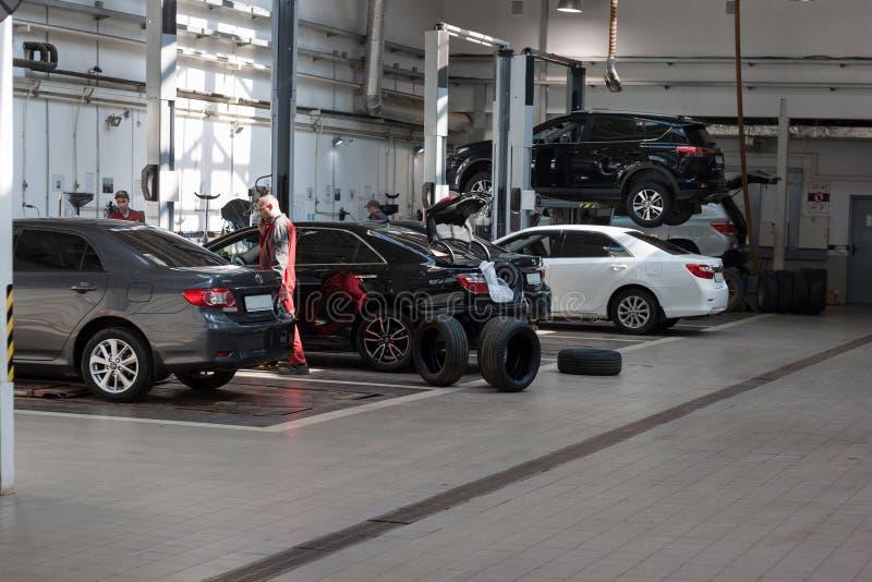 Rusland, Izhevsk - April 21, 2018: Automobiele workshop Geplande vervanging van wielen en autoreparatie in de workshop stock foto