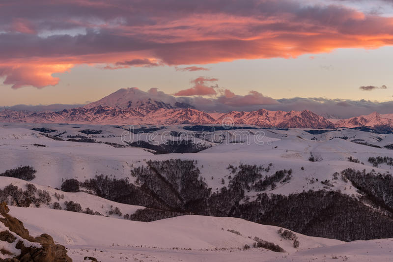 Rusland, karachaevo-Cherkessia Vurige zonsondergang in de winter in royalty-vrije stock afbeeldingen