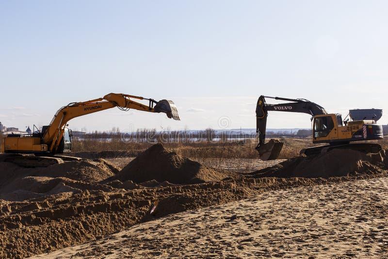 Rusland, Kazan, kan 1, 2018, bouwwerkzaamheden, tractor en Lift, redactie royalty-vrije stock foto