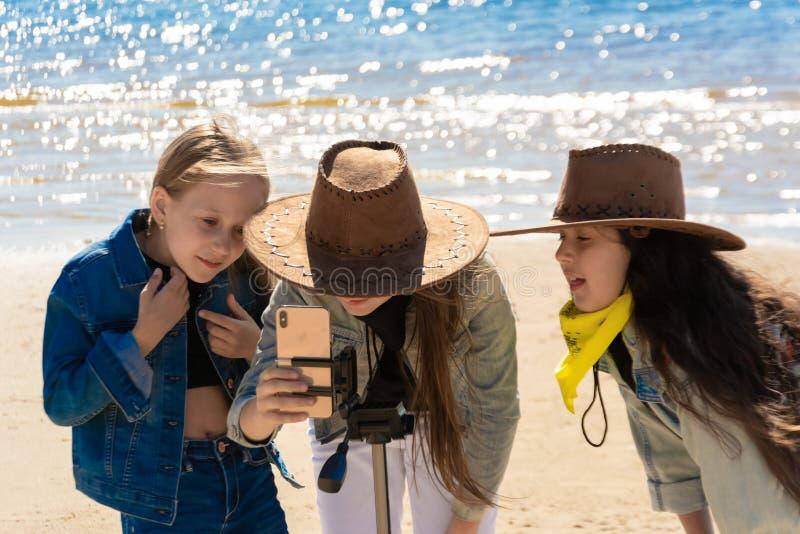 Rusland, Kazan - Mei 25, 2019: Drie tienermeisjes nemen een selfie op iPhone Xs op een zonnige dag royalty-vrije stock afbeeldingen