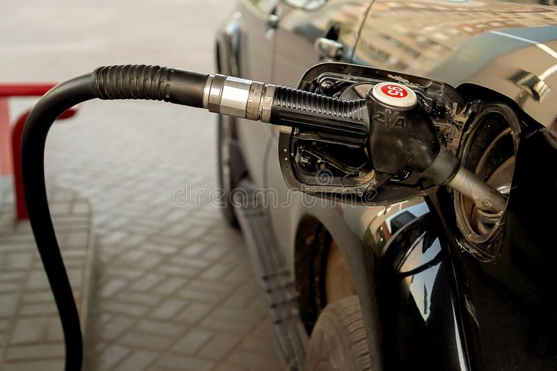 Rusland, Kazan - Mei 25, 2019 Het vullen van benzine zwarte auto Tayota stock fotografie