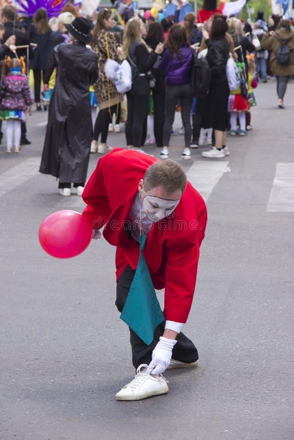 Rusland, Krasnoyarsk, Juni 2019: een mens in een clownkostuum bij het festival stock afbeelding