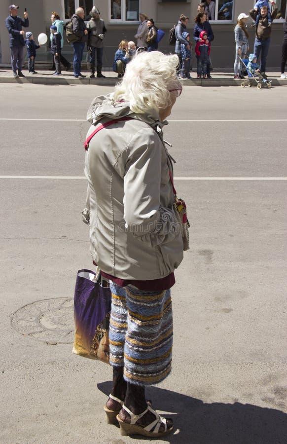 Rusland, Krasnoyarsk, Juni 2019: fashionably geklede oude dame op de straat stock foto