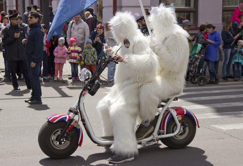 Rusland, Krasnoyarsk, Juni 2019: mensen in een ijsbeerkostuum op een motorfiets stock foto's
