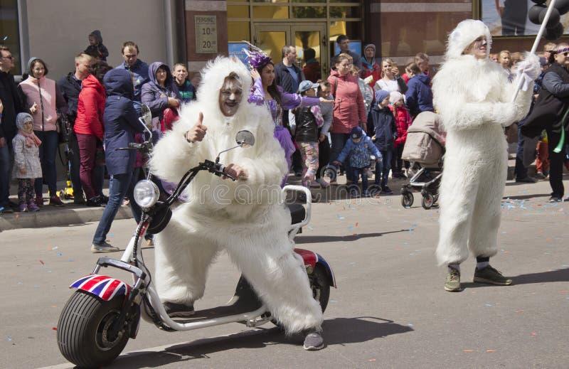 Rusland, Krasnoyarsk, Juni 2019: mensen in een ijsbeerkostuum op een motorfiets stock foto