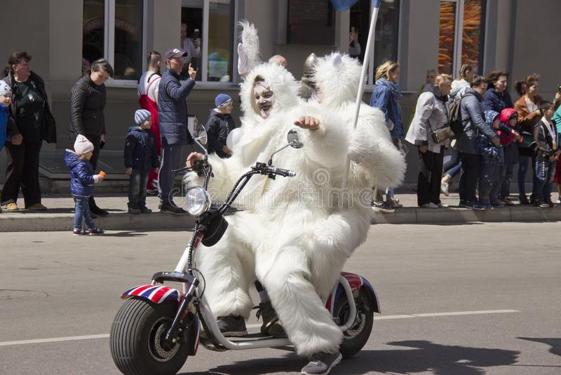 Rusland, Krasnoyarsk, Juni 2019: mensen in een ijsbeerkostuum op een motorfiets royalty-vrije stock foto's