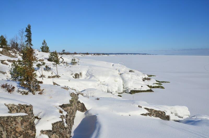 Rusland, Ladoga skerries Ijsopeenhoping op de kust van meer Ladoga royalty-vrije stock afbeelding