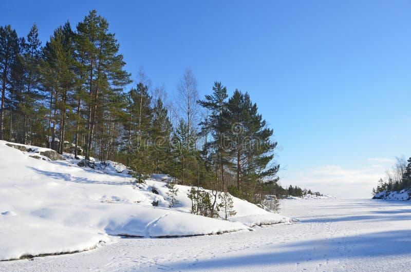 Rusland, Ladoga skerries Ijsopeenhoping op de kust van meer Ladoga royalty-vrije stock fotografie