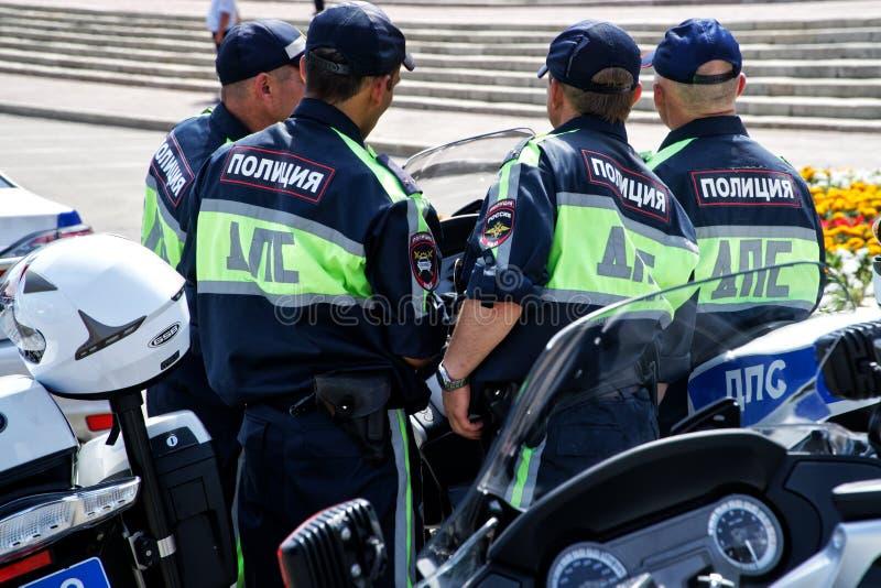 Rusland, Magnitogorsk, - 18 Juli, 2019 Bewapende verkeerspolitie dichtbij hun motorfietsen op een stadsstraat stock foto