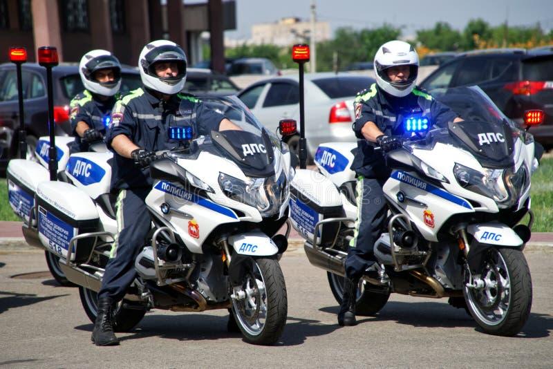 Rusland, Magnitogorsk, - 18 Juli, 2019 Drie patrouillepolitiemannen op officiële motorfietsen op een stadsstraat stock afbeeldingen