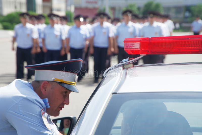 Rusland, Magnitogorsk, - 18 Juli, 2019 Politiemannen in kleding eenvormig op stadsstraten Wegpatrouille stock afbeeldingen