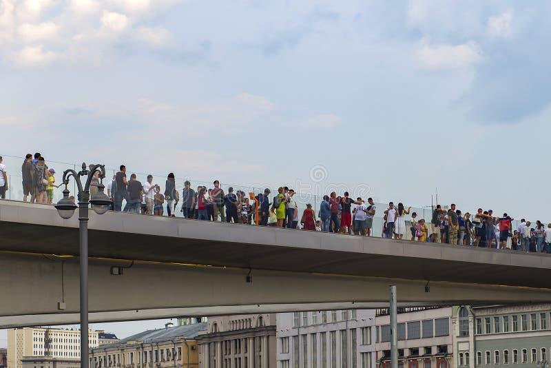 Rusland, Moskou, 4 Augustus, 2018, het Park van Moskou Zaryadye, brug, redactie stock foto's