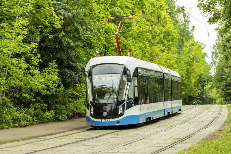 12-06-2019, Rusland, Moskou Blauw wit de tram modern ontwerp van Moskou van stadsvervoer De tram gaat op sporen, de zomerverstral royalty-vrije stock foto