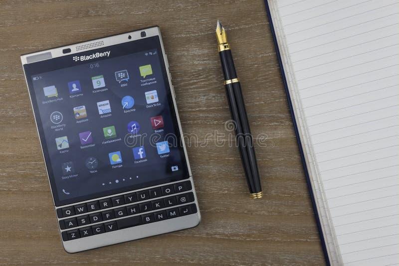RUSLAND, MOSKOU, de Mening van FEBRUARI 2017 vanaf de bovenkant op smartphone, de vulpen en het notitieboekje die van Blackberry  stock foto's