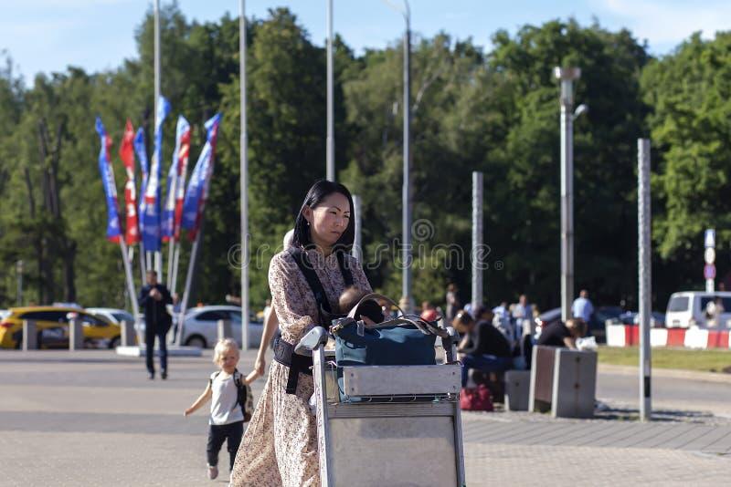 Rusland, Moskou die, Vnukovo, 27 Juni, 2018, meisje onderaan de straat, Koreaan lopen, redactie royalty-vrije stock foto