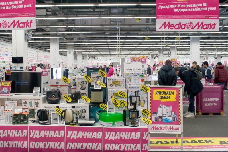 Rusland, Moskou, Ingang van een winkel van de Media van Markt elektronikadetailhandelaar van de consument stock afbeeldingen