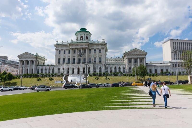 RUSLAND, MOSKOU, 8 JUNI, 2017: De mening van het Pashkovhuis van Borovitskaya-Vierkant stock afbeelding
