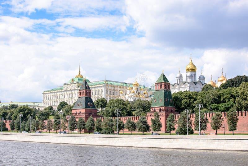 RUSLAND, MOSKOU - Juni 30, 2017: Weergeven van het Kremlin over de rivier, tempels met gouden koepels stock afbeelding