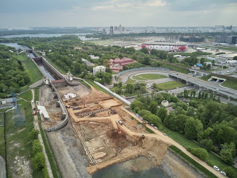 Rusland, Moskou, Mei 2019 - het Herstellen van Sluis nummer 8 op chanel Moskou-Volga, luchthommelmening royalty-vrije stock afbeelding