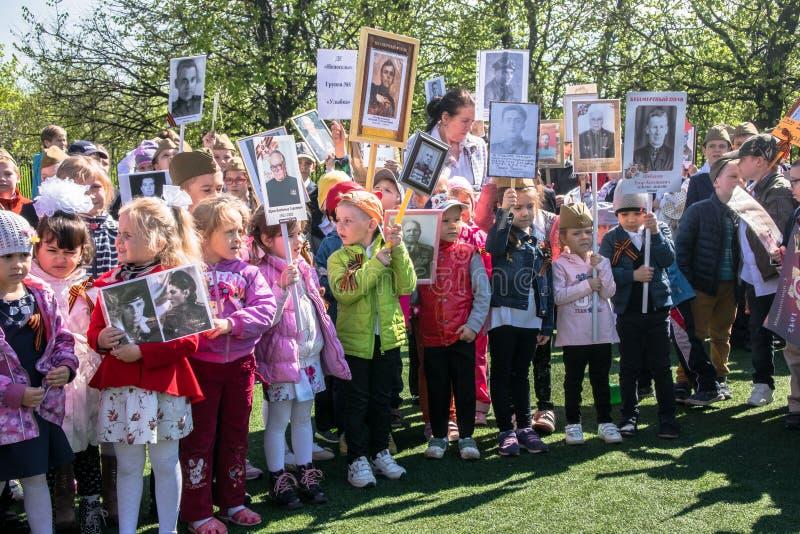 Rusland Moskou, 07 Mei, 18: Speciale kleuterschooloptocht van het Onsterfelijke regiment, de militaire propaganda van de staat vo royalty-vrije stock afbeeldingen