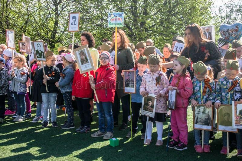 Rusland Moskou, 07 Mei, 18: Speciale kleuterschooloptocht van het Onsterfelijke regiment, de militaire propaganda van de staat vo stock foto's