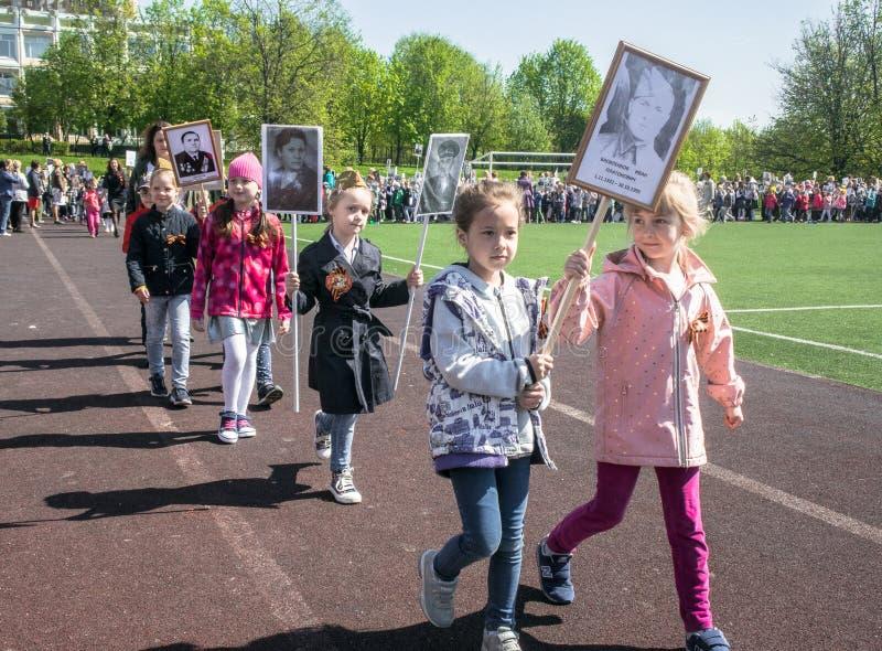 Rusland Moskou, 07 Mei, 18: Speciale kleuterschooloptocht van het Onsterfelijke regiment, de militaire propaganda van de staat vo stock foto