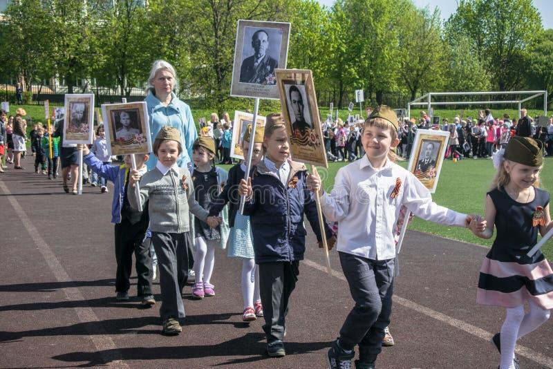 Rusland Moskou, 07 Mei, 18: Speciale kleuterschooloptocht van het Onsterfelijke regiment, de militaire propaganda van de staat vo royalty-vrije stock foto's