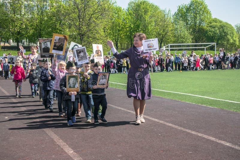 Rusland Moskou, 07 Mei, 18: Speciale kleuterschooloptocht van het Onsterfelijke regiment, de militaire propaganda van de staat vo stock afbeeldingen