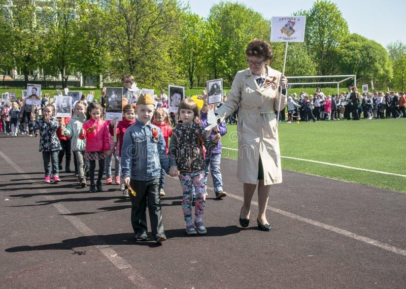 Rusland Moskou, 07 Mei, 18: Speciale kleuterschooloptocht van het Onsterfelijke regiment, de militaire propaganda van de staat vo royalty-vrije stock afbeelding